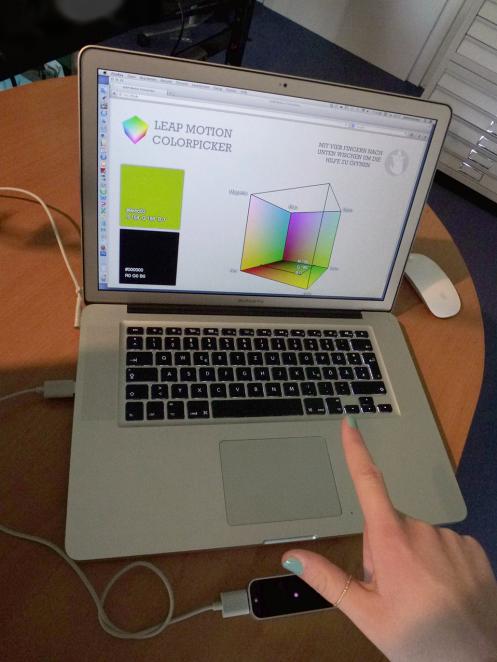 Navigation im Farbwürfel mittels Markierungs-Geste aus Sicht des Nutzers.  Im Browserfenster erscheint das komplette visuelle Interface mit Farbwürfe, der markierten Farbe und der zuletzt gespeicherten Farbe.