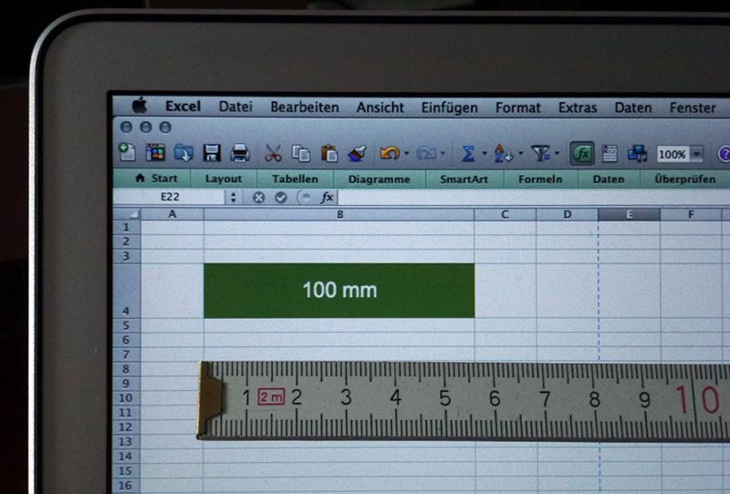 Foto: Spaltenbreite von 10,0 cm wird auf dem MacBook mit 5,6 cm dargestellt. definierte Breite von 10,0 cm  (geringe Abweichung im Foto ist verursacht durch Objektivoptik)